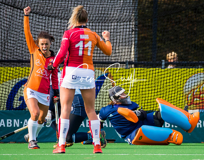 Laren -Valerie Magis (OR) heeft de stand op 0-1 gebracht tijdens de Livera hoofdklasse  hockeywedstrijd dames, Laren-Oranje Rood (1-3).  links Marlena Rybacha (OR)  en rechts de verslagen Karlijn Adank (Lar)  COPYRIGHT KOEN SUYK