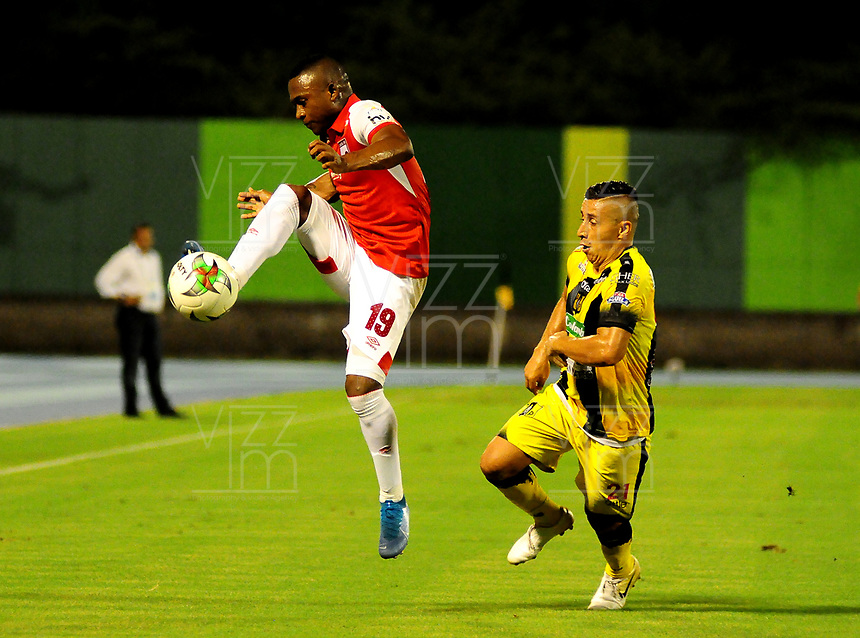 BARRANCABERMEJA- COLOMBIA, 20-11-2019: Cleider Alzate de Alianza Petrolera y Fáider Burbano de Independiente Santa Fe, disputan el balón durante partido entre Alianza Petrolera y el Independiente Santa Fe de la fecha 4 de los cuadrangulares semifinales por la Liga Águila II 2019  en el estadio Daniel Villa Zapata en la ciudad de Barrancabermeja. / Cleider Alzate  of Alianza Petrolera and Faider Burbano of Independiente Santa Fe figths the ball with during a match between Alianza Petrolera and Independiente Santa Fe of the 4th date of the quarter semifinals for the Liga Águila II 2019 at the Daniel Villa Zapata stadium in Barrancabermeja city. Photo: VizzorImage  / José D Martínez / Cont.