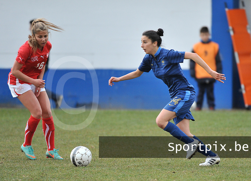 Switzerland U19 - France U19 : Ghoutia Karchouni on the ball before Anja Thürig (left).foto DAVID CATRY / Nikonpro.be