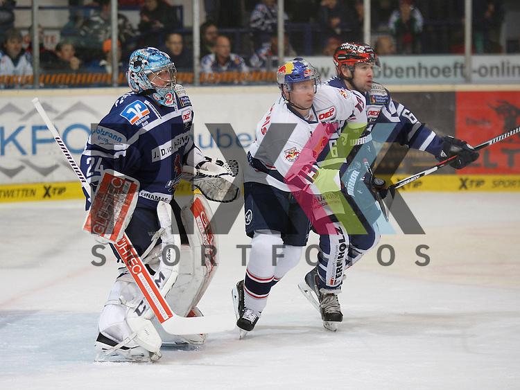 Muenchens Michael Wolf (Nr.13) gegen Iserlohns Michel Periard (Nr.6) und Iserlohns Mathias Lange (Nr.24)  beim Spiel in der DEL Iserlohn Roosters - EHC Red Bull Muenchen.<br /> <br /> Foto &copy; PIX-Sportfotos *** Foto ist honorarpflichtig! *** Auf Anfrage in hoeherer Qualitaet/Aufloesung. Belegexemplar erbeten. Veroeffentlichung ausschliesslich fuer journalistisch-publizistische Zwecke. For editorial use only.