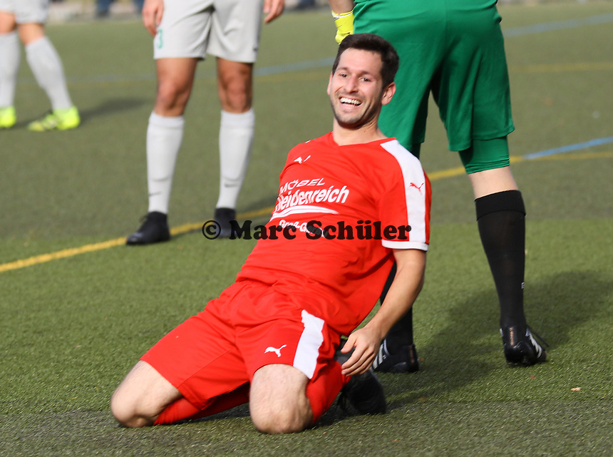Thorben Deusser (Büttelborn) erzielt per Flugkopfball das Tor zum 3:0 gegen Christian Steiner (Bürstadt)- Büttelborn 03.10.2018: SKV Büttelborn vs. SV Bürstadt