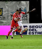 BOGOTA - COLOMBIA -29 -10-2016: Carlos Rodriguez (Izq.) jugador de Fortaleza C.E.I.F, disputa el balón con Cristian Borja (Der.) jugador de Independiente Santa Fe, durante partido entre Fortaleza C.E.I.F, e Independiente Santa Fe, por la fecha 18 de la Liga Aguila II-2016, jugado en el estadio Metropolitano de Techo de la ciudad de Bogota. / Carlos Rodriguez (L) player of Fortaleza C.E.I.F, vies for the ball with con Cristian Borja (R) player of Independiente Santa Fe, during a match between Fortaleza C.E.I.F, and Independiente Santa Fe, for the  date 18 of the Liga Aguila II-2016 at the Metropolitano de Techo Stadium in Bogota city, Photo: VizzorImage  / Luis Ramirez / Staff.