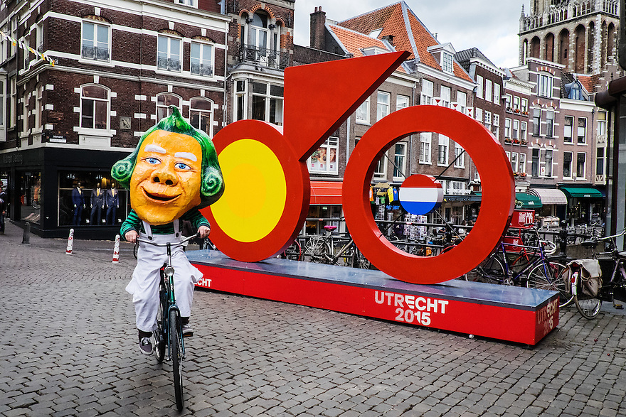 Nederland, Utrecht, 16 juni 2015 <br /> Vandaag speelt de band Primus in Utrecht. Omdat ze een album hebben gebaseerd op Willy Wonka's Chocoladefabriek en om een beetje publiciteit te maken, liep en fietste een van de bandleden in Willy Wonka kostuum door Utrecht. <br /> De legendarische Amerikaanse band Primus valt niet in een muzikaal hokje te stoppen. Is het funkmetal, experimentele rock of toch &ndash; zoals frontman Les Claypool het noemt &ndash; psychedelische polka? <br /> Vanavond speelt de band twee sets: een &lsquo;reguliere&rsquo; en hun een set gebaseerd op hun laatste album Primus &amp; The Chocolate Factory (2014), Primus&rsquo; interpretatie van de Willy Wonka &amp; The Chocolate Factory-filmsoundtrack. <br /> <br />  Foto: Michiel Wijnbergh