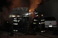 SAO PAULO, SP, 12/08/2012, INCENDIO EM CAMINHÃO. Na madrugada dehoje(12) uma caminhão pegou fogo dentro de um estacionamento na Rua Uhland no bairro do Pq. São Lucas. Mais dois veiculos foram atinhidos pela chamas, cerca de 7 viaturas dos Bombeiros atenderam a ocorrencia, ninguém ficou ferido. Luiz Guarnieri/ Brazil Photo Press.