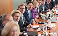 Berlin, Bundesarbeitsministerin Ursula von der Leyen (CDU, 3.v.l.), Aussenminister Guido Westerwelle (FDP, 4.v.l.) und Bundeswirtschaftsminister Philipp Rösler (FDP), Bundeskanzlerin Angela Merkel (CDU) und Kanzleramtsminister Ronald Pofalla (CDU) sitzen am Mittwoch (24.04.13) vor Beginn der Sitzung des Bundeskabinetts im Kanzleramt nebeneinander.