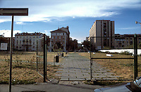 milano, quartiere isola. gli ex giardini pubblici di via confalonieri prima dell'inizio dei lavori per la riqualificazione della zona di porta nuova --- milan, isola district. former confalonieri street public gardens before the beginning of the works for the requalification of the porta nuova area