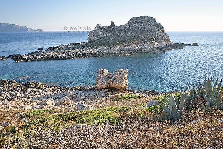 Levanzo e i suoi faraglioni, isole Egadi.<br /> Levanzo with sea stacks, Egadi islands