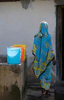 Afrique/Afrique de l'Est/Tanzanie/Zanzibar/Ile Unguja/Kizimkazi: les habitants du village viennent chercher l'eau à la fontaine devant la vieille mosquée