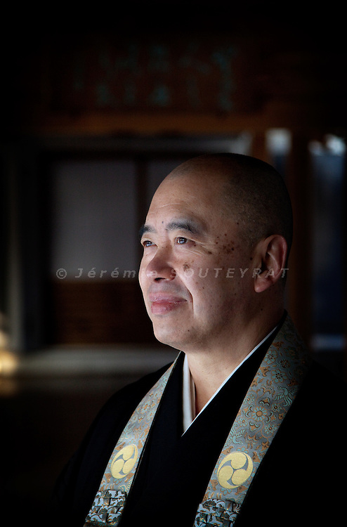 (En) January 2010 - Koyasan, Japan.  Ryusho SOEDA, chief priest of Rengejo-in temple. Among 53 other temples at Koyasan, this temple is allowed to provide housing to pilgrims and tourists. Mr. Soeda is heading the temple since his father died in 1987.  (Fr) Janvier 2010 - Koyasan, Japon. Ryusho SOEDA, moine superieur du temple Rengejo-in. Le temple fait partie des 53 etablissements qui hebergent pelerins et touristes au Koya-san. M. Soeda dirige le temple depuis la mort de son pere en 1987.