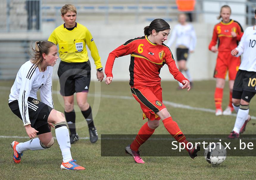 Belgie U17 - Duitsland U17 :  Noemie Gelders aan de bal voor Saskia Meier (links).foto DAVID CATRY / Vrouwenteam.be