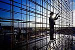 ZALTBOMMEL - Een bouwvakker is bezig met staalvlechten tijdens de bouw van een nieuwbouwproject waarbij hij als silhouet zichtbaar is tegen de zon. COPYRIGHT TON BORSBOOM