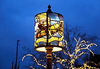 Nederland - Gouda - December 2018. Rond de feestdagen in december hebben de lantaarpalen in Gouda een lampenkap met een dessin van een gebrandschilderd raam.   Foto Berlinda van Dam / Hollandse Hoogte