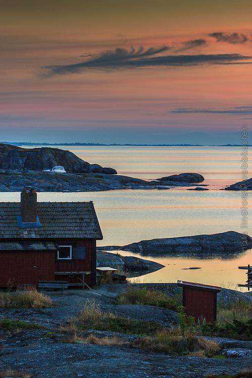Fiskebod i skymning på Ut-Fredel i Stockholms  ytterskärgård