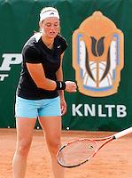 20-08-11, Tennis, Amstelveen, Nationale Tennis Kampioenschappen, NTK, Angelique van der Meet smijt uit frustratie haar racket tegen het gravel