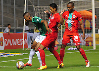 CALI - COLOMBIA -06 - 09 -2015: Harold Preciado (Izq) jugador de Deportivo Cali disputa el balón con Gustavo Rojas (Cent.)  y Juan Mosquera (Der.) jugadores de Cortulua, durante partido de la fecha 10 entre Deportivo Cali y Cortulua,  de la Liga Aguila II 2015 en el estadio Deportivo Cali (Palmaseca) de la ciudad de Cali. / Harold Preciado (L) player of Deportivo Cali fights for the ball with Gustavo Rojas (C)  and Juan Mosquera (R) players of Cortulua, during a match for the date 10 between Deportivo Cali and Cortulua, for the Liga Aguila II 2015 at the Deportivo Cali (Palmaseca) stadium in Cali city. Photo: VizzorImage /  NR / Cont.