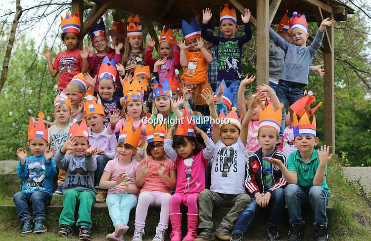 Foto: VidiPhoto<br /> <br /> APELDOORN - Kinderen van groep &eacute;&eacute;n en twee van Openbare Daltonschool De Horst in Apeldoorn zijn woensdag druk met de voorbereidingen voor Koningsdag vrijdag. Behalve dat ze allemaal een kroon hebben gemaakt, oefenen ze ook met juichen, zwaaien en netjes zitten. Tussendoor moet er natuurlijk ook even gespeeld worden.
