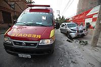 FOTO EMBARGADA PARA VEICULOS INTERNACIONAIS. SAO PAULO, SP, 27/10/2012, ACIDENTE RUA BORGES FIGUEIREDO. Um veiculo perdeu a direção e bateu contra um poste na R. Borges de Figueiredo na Mooca, dos cinco ocupantes, somente duas tiveram que ser socorridas pelo Resgate. Luiz Guarnieri/ Brazil Photo Press.