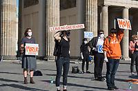 """Mehrere Menschenrechts- und Fluechtlingsorganisationen haben auf einer Kundgebung am Donnerstag den 23. April 2020 in Berlin von den EU-Staaten die rasche Aufnahme von Fluechtlingen aus Griechenland gefordert. Die Camps auf den griechischen Inseln muessten angesichts der Corona-Krise sofort aufgeloest werden, denn sie drohten zu """"pandemischen Hotspots"""" zu werden, hiess es in einem Aufruf des Republikanischen Anwaeltinnen- und Anwaeltevereins (RAV). Dazu fand am Donnerstag in Berlin eine Kundgebung statt, die live im Internet uebertragen wurde. Daran beteiligten sich unter anderem auch Vertreter von Amnesty International, vom European Center for Constitutional and Human Rights (ECCHR), vom Unteilbar-Buendnis sowie Vertreter weiterer Organisationen.<br /> Die Kundgebung fand mit 20 Personen unter den strengen Auflagen anlaesslich der Covid-19-Pandemie statt.<br /> 23.4.2020, Berlin<br /> Copyright: Christian-Ditsch.de<br /> [NUR FUER REDAKTIONELLE ZWECKE! Werbung nur auf Anfrage beim Fotografen. Inhaltsveraendernde Manipulation des Fotos nur nach ausdruecklicher Genehmigung des Fotografen. Vereinbarungen ueber Abtretung von Persoenlichkeitsrechten/Model Release der abgebildeten Person/Personen liegen nicht vor. NO MODEL RELEASE! Don't publish without copyright Christian-Ditsch.de, Veroeffentlichung nur mit Fotografennennung, sowie gegen Honorar, MwSt. und Beleg. Konto: I N G - D i B a, IBAN DE58500105175400192269, BIC INGDDEFFXXX, Kontakt: post@christian-ditsch.de<br /> Bei der Bearbeitung der Dateiinformationen darf die Urheberkennzeichnung in den EXIF- und  IPTC-Daten nicht entfernt werden, diese sind in digitalen Medien nach §95c UrhG rechtlich geschuetzt. Der Urhebervermerk wird gemaess §13 UrhG verlangt.]"""