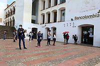 TUNJA-COLOMBIA, 16-04-2020: Ciudadanos hacen fila frente a un banco guardando la distancia, durante la cuarentena total en el territorio colombiano causada por la pandemia  del Coronavirus, COVID-19. / Citizens line up in front of a bank keeping their distance, during the total quarantine in the Colombian territory caused by the Coronavirus pandemic, COVID-19. / Photo: VizzorImage /Darlin Bejarano / Cont.