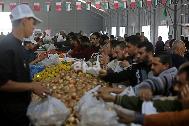 Palestinians shop from a central market financed by Qatar at al-Saraya Square in Gaza City on March 8, 2018. Photo by Ashraf Amra