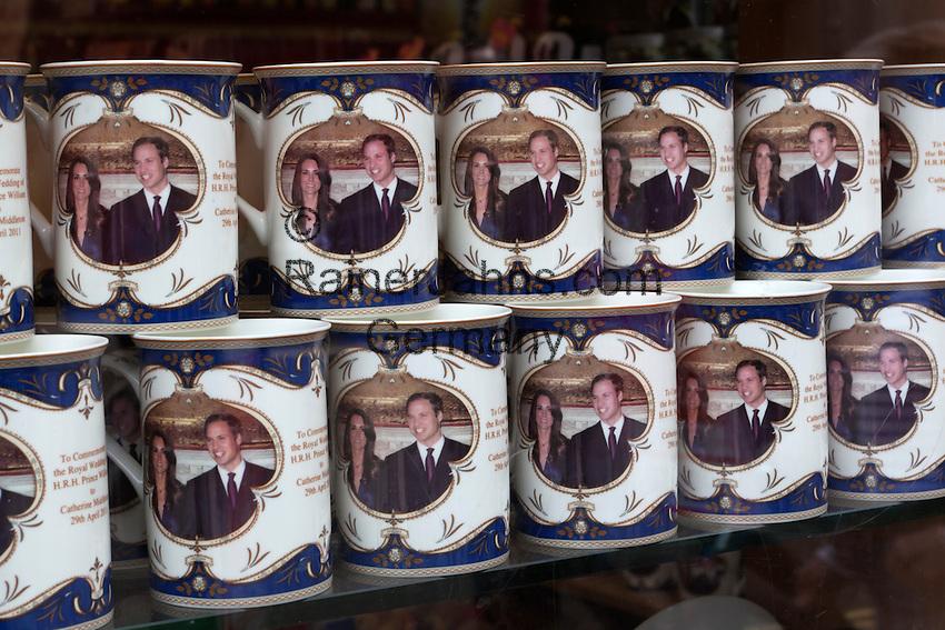 United Kingdom, London: Souvenir mugs for the Royal wedding between Prince William and Kate Middleton   Grossbritannien, England, London: koenigliche Hochzeit, Trinkbecher mit dem Foto des Brautpaares Prince William and Kate Middleton