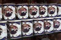 United Kingdom, London: Souvenir mugs for the Royal wedding between Prince William and Kate Middleton | Grossbritannien, England, London: koenigliche Hochzeit, Trinkbecher mit dem Foto des Brautpaares Prince William and Kate Middleton