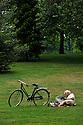 09/08/11 - VICHY - ALLIER - FRANCE - Repos dans le Parc Napoleon III a Vichy - Photo Jerome CHABANNE