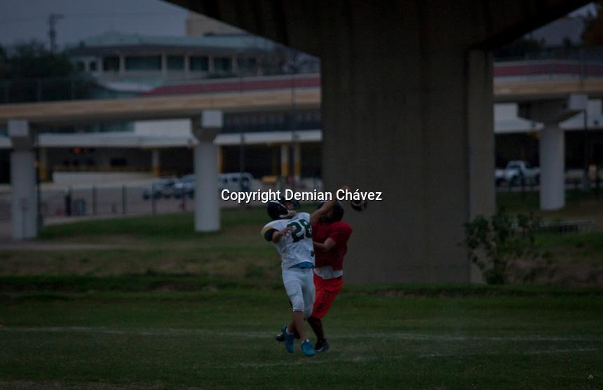 Nuevo Laredo Tamaulipas. 17 de diciembre de 2014.- El equipo de futbol americano Troyanos, formado desde hace dos a&ntilde;os, entrena en el l&iacute;mite del pa&iacute;s. A unos cuantos metros de la frontera con Estados Unidos, este equipos de futbol recibi&oacute; en comodato el espacio debajo del puente fronterizo Ju&aacute;rez-Lincon. Ah&iacute;, desde hace casi un a&ntilde;o entrenan. <br /> <br /> Este terreno que se encontraba bald&iacute;o, con arbustos, y de forma geom&eacute;trica irregular, ahora es un espacio que fomenta el deporte. Los Troyanos, como bien lo dice su nombre, entraron sigilosamente; y desde dentro primero limpiaron el terreno, metiendo m&aacute;quinas tipo trascavo, para despu&eacute;s empastar.  Estos entusiastas j&oacute;venes, entrenan diariamente a la vista de quienes se internan en ambos territorios, y bajo la lupa de los helic&oacute;pteros de la migra estadounidense.<br /> <br /> Foto: Demian Ch&aacute;vez / Obture.