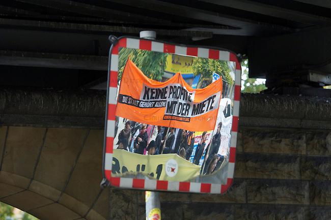 Unter dem Motto &bdquo;Keine Profite mit der Miete&ldquo; beteiligten sich am Samstag den 28. September 2013 nach Angeben der Vranstalter ueber 10.000 Menschen in 12 deutschen Staedten an Aktionen und Demonstrationen.<br />In Berlin gingen unter dem Motto &bdquo;Wem gehoert Berlin?&ldquo; etwa 3000 Menschen auf die Strasse. Zu der Demonstration aufgerufen hatten unter anderem MieterInneninitiativen und Organisationen wie der Berliner Wassertisch und das Aktionsbuendnis A100-Stoppen sowie Studierendengruppen.<br />(M - Bild gespiegelt)<br />28.9.2013, Berlin<br />Copyright: Christian-Ditsch.de<br />[Inhaltsveraendernde Manipulation des Fotos nur nach ausdruecklicher Genehmigung des Fotografen. Vereinbarungen ueber Abtretung von Persoenlichkeitsrechten/Model Release der abgebildeten Person/Personen liegen nicht vor. NO MODEL RELEASE! Don't publish without copyright Christian-Ditsch.de, Veroeffentlichung nur mit Fotografennennung, sowie gegen Honorar, MwSt. und Beleg. Konto:, I N G - D i B a, IBAN DE58500105175400192269, BIC INGDDEFFXXX, Kontakt: post@christian-ditsch.de<br />Urhebervermerk wird gemaess Paragraph 13 UHG verlangt.]