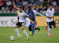FUSSBALL INTERNATIONAL Laenderspiel Freundschaftsspiel U 21   Deutschland - Frankreich     13.08.2013 Moritz Leitner (li, Deutschland) gegen Nampalys Mendy (Mitte, Frankreich)