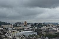RIO DE JANEIRO, RJ, 23  DE JULHO DE 2013 -CLIMA TEMPO-RJ- Entrada de frente fria deixa nuvens carregadas no Rio, centro do Rio de Janeiro.FOTO:MARCELO FONSECA/BRAZIL PHOTO PRESS
