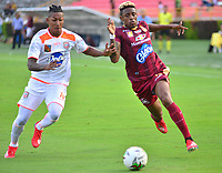 IBAGUE - COLOMBIA, 17-02-2019: Omar Albornoz de Deportes Tolima disputa el balón con Cristian Arrieta de Envigado FC durante partido por la fecha 5 de la Liga Águila I 2019 jugado en el estadio Manuel Murillo Toro de la ciudad de Ibagué. / Omar Albornoz of Deportes Tolima vies for the ball with Cristian Arrieta of Envigado FC during match for the date 5 of the Aguila League I 2019 played at Manuel Murillo Toro stadium in Ibague city. Photo: VizzorImage / Juan Carlos Escobar / Cont