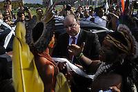 BRASÍLIA,DF,02.10.2013:DEPUTADO CÂNDIDO VACCAREZZA/PROTESTO ÍNDIOS/PEC 215/BRASÍLIA - O deputado Cândido Vaccarezza tem seu carro cercado após tentar furar bloqueio feito por integrantes de mais de 10 etnias de povos indígenas que protestam contra a PEC 215, proposta que muda as regras demarcação de terras indígenas na frente do Congresso Nacional em Brasília (DF), nesta quarta-feira (02). Uma das pistas do Eixo Monumental foi bloqueada e o policiamento reforçado no local para evitar invasão. (Foto: Renato Araujo / Brazil Photo Press).