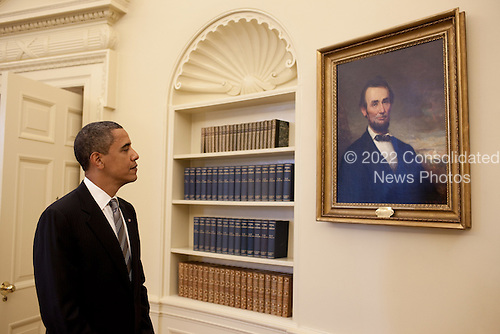 Washington, DC - June 29, 2009 -- United States President Barack Obama looks at the portrait of Abraham Lincoln that hangs in the Oval Office prior to meeting with President Álvaro Uribe of Colombia, June 29, 2009. .Mandatory Credit: Pete Souza - White House via CNP