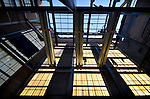 DORDRECHT - In Dordrecht worden op grote hoogte met hulp van twee hoogwerkers stalen spanten gemonteerd voor het door Van Wijnen Dordrecht te herbouwen voormalige electriciteitscentrale tot Energiehuis. Het uit 1928 daterende complex dat bestaat uit diverse grote hallen met kenmerkende stalen kozijnen en dakspanten, zal worden omgebouwd tot een cultureel centrum dat plaatst gaat bieden aan concert-, theater- en popzalen, een grand café en kantoren en repetitieruimtes. Naar een ontwerp van architectenbureau Jonkman Klinkhamer uit Amersfoort wordt het interieur van het gemeentelijk monument grotendeels gesloopt en voorzien van nieuwe vloeren en wanden, en zal het dak uit nieuwe staalelementen in de oude stijl worden opgebouwd. COPYRIGHT TON BORSBOOM