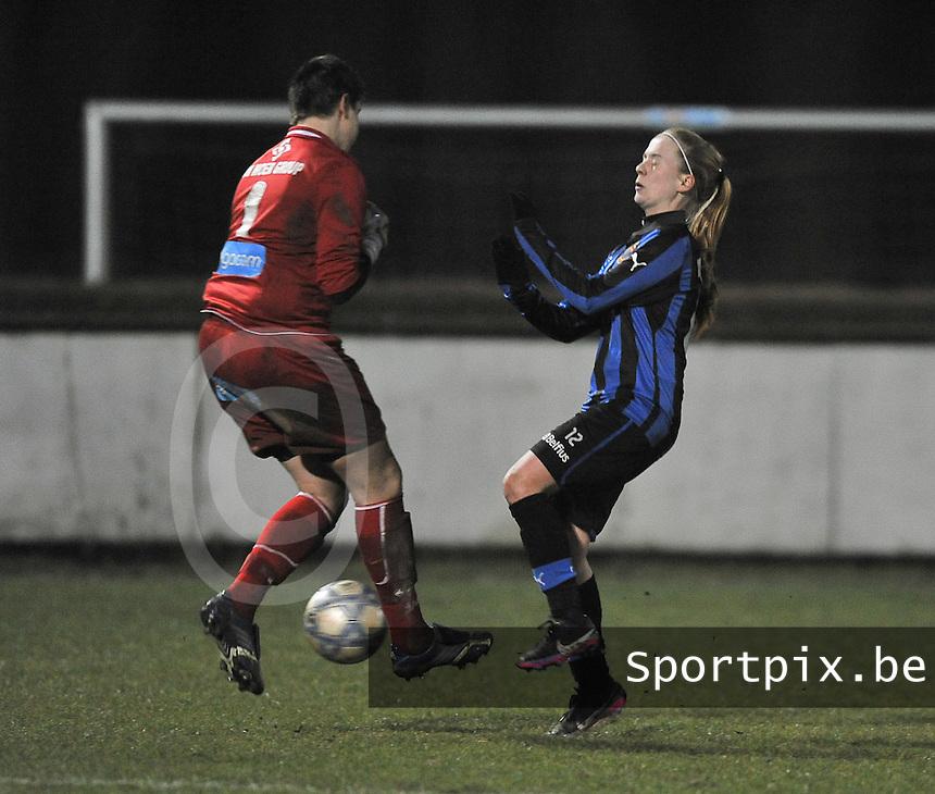 Club Brugge Dames - WB Sinaai Girls : Anke Langeraert in duel met Silke Demeyere.foto DAVID CATRY / Vrouwenteam.be