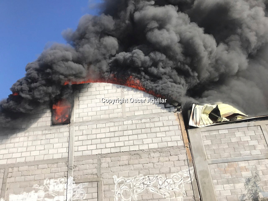 Quer&eacute;taro, Qro. 1 de noviembre de 2017.- Incendio de una f&aacute;brica de pl&aacute;sticos en la Colonia Independencia cerca de San Jos&eacute; El Alto en donde se reportaron dos personas atrapadas adem&aacute;s de dos tanques de gas estacionario incendiados.<br /> <br /> Integrantes del cuerpo de bomberos de Quer&eacute;taro y el Marqu&eacute;s trabajaron para sofocar este incendio.