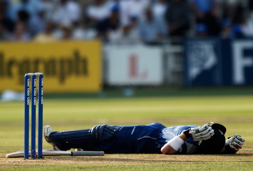 Photo: Glyn Thomas..Hampshire v Warwickshire. C&G Trophy Final..03/09/2005..Warwickshire's Ian Bell collapses with cramp.