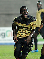 ITAGÜI - COLOMBIA -03-04-2014: Yessy Mena jugador de Itagüi celebra el gol anotado a La Equidad durante  partido Itagüi y La Equidad por la fecha 14 de la Liga Postobon I 2014 en el estadio Ditaires de la ciudad de Itagüi. / Yessy Mena player of Itagüi celebrates a scored goal to La Equidad during a match Itagüi and La Equidad for the date 14th of the Liga Postobon I 2014 at the Ditaires stadium in Itagüi city. Photo: VizzorImage / Luis Rios / Str.