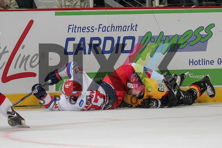 Russlands Karpov Maxim Sergeyevich (Nr.97)(Dynamo Moscow) im Zweikampf mit Deutschlands Kettemer, Florian (Nr.69)(EHC Red Bull Muenchen) am Boden im Spiel IIHF WC15 Germany - Russia.<br /> <br /> Foto &copy; P-I-X.org *** Foto ist honorarpflichtig! *** Auf Anfrage in hoeherer Qualitaet/Aufloesung. Belegexemplar erbeten. Veroeffentlichung ausschliesslich fuer journalistisch-publizistische Zwecke. For editorial use only.