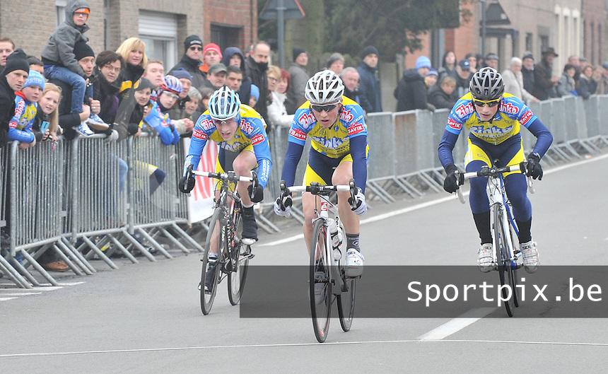 Clubkampioenschap Junioren Molenspurters Meulebeke : Emiel Vermeulen haalt het in de spurt voor de 2de plaats van Jeroen Cannie (links) en Baptist Vermeulen (rechts).foto VDB / BART VANDENBROUCKE
