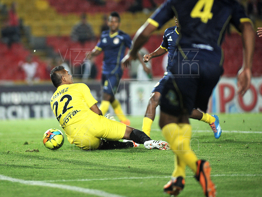 BOGOTA- COLOMBIA -16 -04-2014: Luis C Arias (Fuera de Cuadro) jugador de Independiente Santa Fe, anota gol a Carlos Chavez, portero de Universidad Autonoma durante partido aplazado entre Independiente Santa Fe y Universidad Autonoma por la fecha 16 entre de la Liga Postobon I 2014, jugado en el estadio Nemesio Camacho El Campin de la ciudad de Bogota.  / Luis C Arias (Out of Pic) player of Independiente Santa Fe, scored a goal to Carlos Chavez, goalkeeper of Universidad Autonoma during a postponed match between Independiente Santa Fe and Universidad Autonoma for the date 16th of the Liga Postobon I 2014 at the Nemesio Camacho El Campin Stadium in Bogota city. Photo: VizzorImage  / Luis Ramirez / Staff.