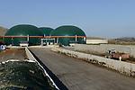 TURKEY Bandirma, Edincik, 2.1 MW biogas plant of company Telko where chicken dung from surrounded chicken farms is fermented to gas which is used for generation of electric power, biogas plant was installed by german company Bioconstruct / TUERKEI Bandirma, Edincik, 2.1 MW Biogasanlage der Firma Telko, hier wird Huehnermist von umliegenden Huehnereier Legebatterien zu Biogas und Strom, die Anlage wurde von der deutschen Firma BioConstruct errichtet, Silage Lager, Befuellung mit Huehnermist