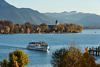 Deutschland, Bayern, Oberbayern, Chiemgau: Blick von Gstadt auf Chiemsee mit Fraueninsel und Hochgern | Germany, Bavaria, Upper Bavaria, Chiemgau, view from Gstadt across lake Chiemsee with Frauen island and Hochgern mountain