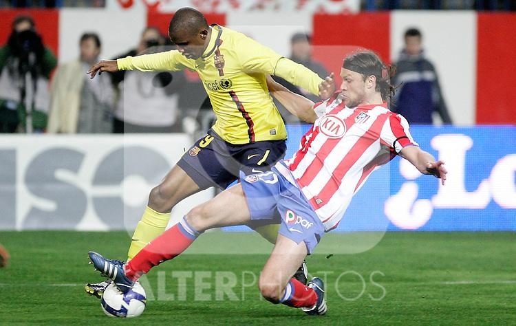 Atletico de Madrid's Tomas Ujfalusi against Barcelona's Samuel Eto'o during La Liga match, March 01, 2009. (ALTERPHOTOS/Alvaro Hernandez).