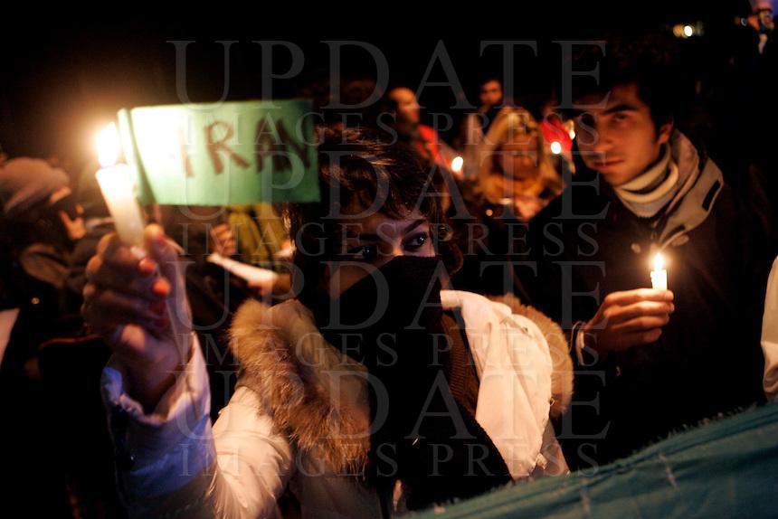 Studenti iraniani manifestano di fronte all'Ambasciata Iraniana a Roma, 28 dicembre 2009, contro le violenze nei confronti dell'opposizione nella loro patria..Iranian students protest in front of Iran's Embassy in Rome, 28 december 2009, against police's violence on opposition in their homeland..© UPDATE IMAGES PRESS/Riccardo De Luca