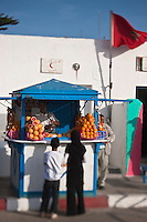 Afrique/Afrique du Nord/Maroc/Essaouira: Kiosques des marchands de jus d'orange sur l'esplanade du port