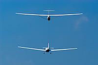 4415 / Flugzeugschlepp: DEUTSCHLAND, HAMBURG, 12.08.2004:Motorsegler Scheibe Falke schleppt einen Banjo, UL Segelflugzeug