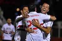 JUNDIAÍ, SP, 27 DE MARÇO DE 2013 - CAMPEONATO PAULISTA - PAULISTA x SÃO PAULO: Luis Fabiano (e) comemora seu  segundo gol com rogerio Ceni (d)durante partida Paulista x São Paulo, válida pela 15ª rodada do Campeonato Paulista de 2013, disputada no estádio Jaime Cintra em Jundiaí. FOTO: LEVI BIANCO - BRAZIL PHOTO PRESS.