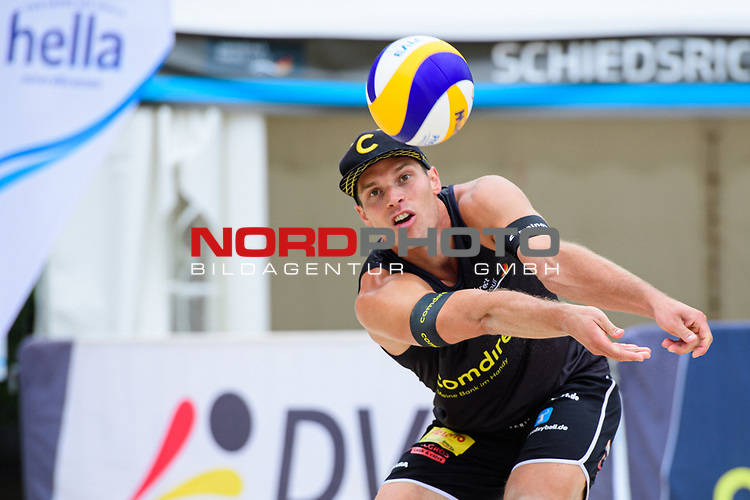 25.07.2020, Düsseldorf / Duesseldorf, Merkur Spiel-Arena<br /> Beachvolleyball, comdirect Beach Tour, Top Teams, Paul Becker / Jonas Schröder / Schroeder vs. Julian Hörl / Hoerl / Sven Winter <br /> <br /> Annahme Paul Becker <br /> <br />   Foto © nordphoto / Kurth